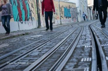 Lissabonilainen näkymä raitiovaunukiskoilta