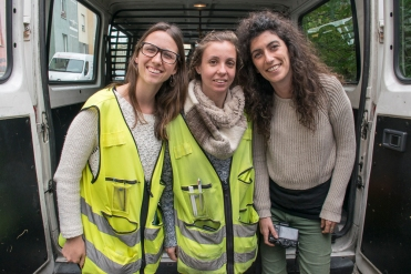Kuvaaja Ana Brigida katupartion naiskaksikon Andreia Alvesin ja Soraia Cunhan kanssa.