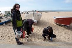 Kuva: Pilvikki Kause. Kalastajakylä Aguda, Portugali. Daniela Barros (vas.), Gloria Lino ja Ana Martins keräsivät roskia Agudan kalastakylän rannalta.