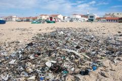 Atlantti huuhtoo jätettä Portugalin rannoille Jätteestä lähes kaikki on muovia Kuva: Pilvikki Kause Kalastajakylä Agudan rannalle pakkautuu sekalaista rojua Puhdistutautot siivoavat santaa säännöllisesti vain kesäisin, Portugali.